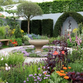 Цветки в природном стиле на любимой даче