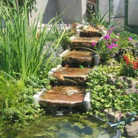 Каменные ступени садовой тропинки