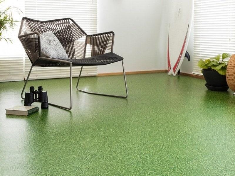Зеленый линолеум под траву в зале квартиры