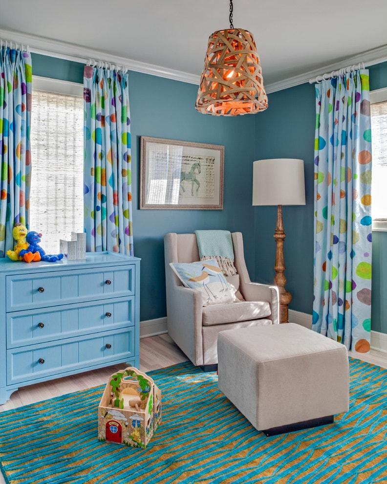 Креативная люстра в комнате с голубыми стенами