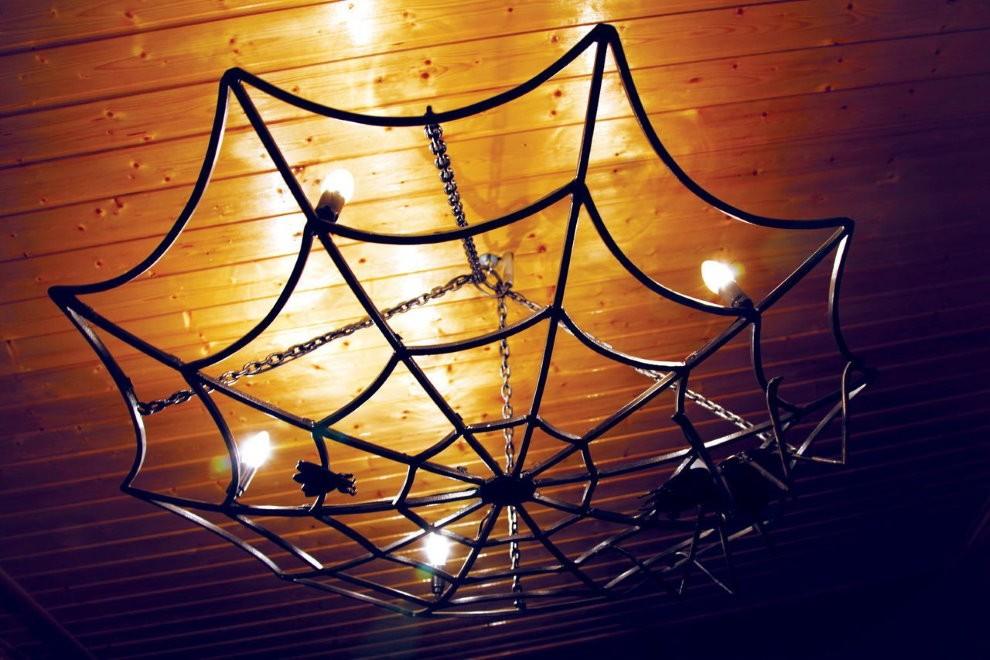 Металлическая люстра в виде паутинки