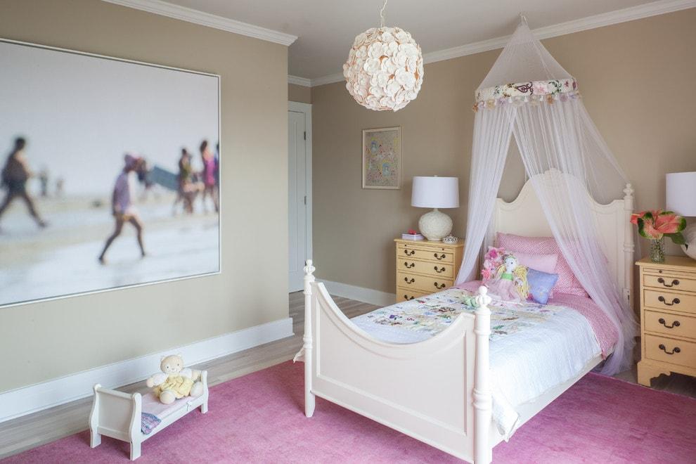 Люстра с цветами на потолке детской комнаты