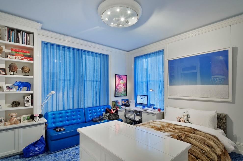 Накладной светильник на голубом потолке