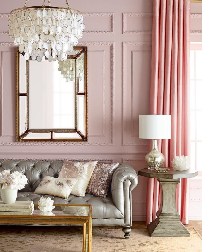 Люстра в розово-жемчужном зале частного дома