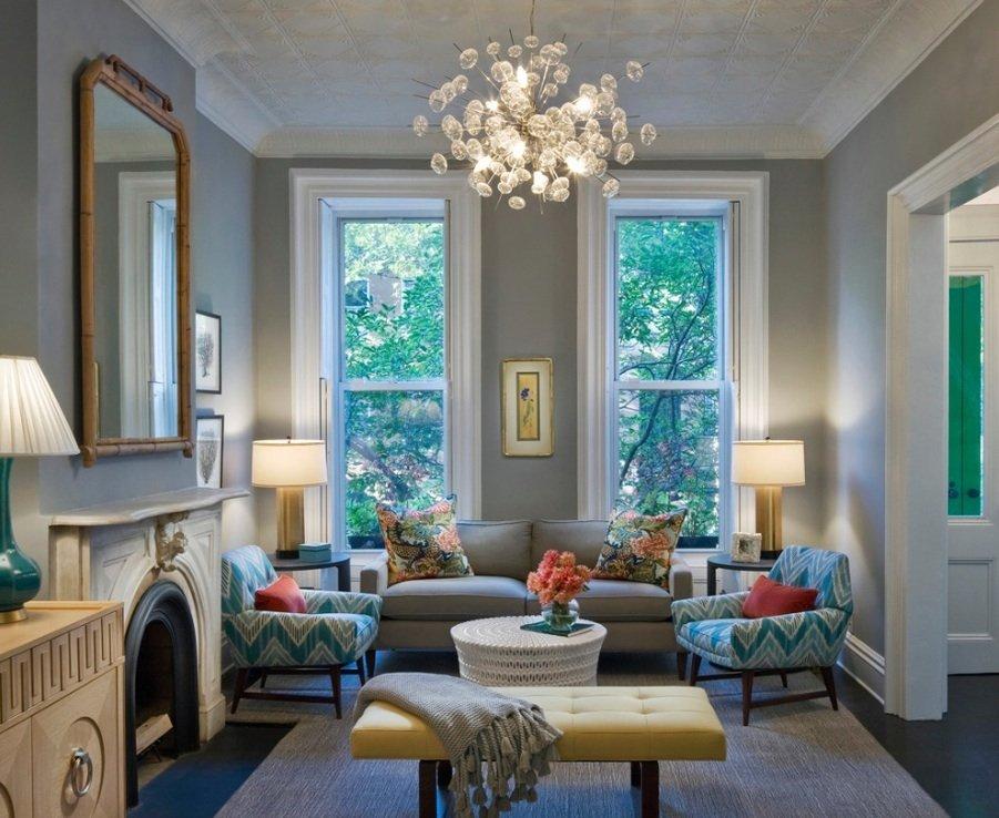 Светодиодная люстра на потолке зала с камином