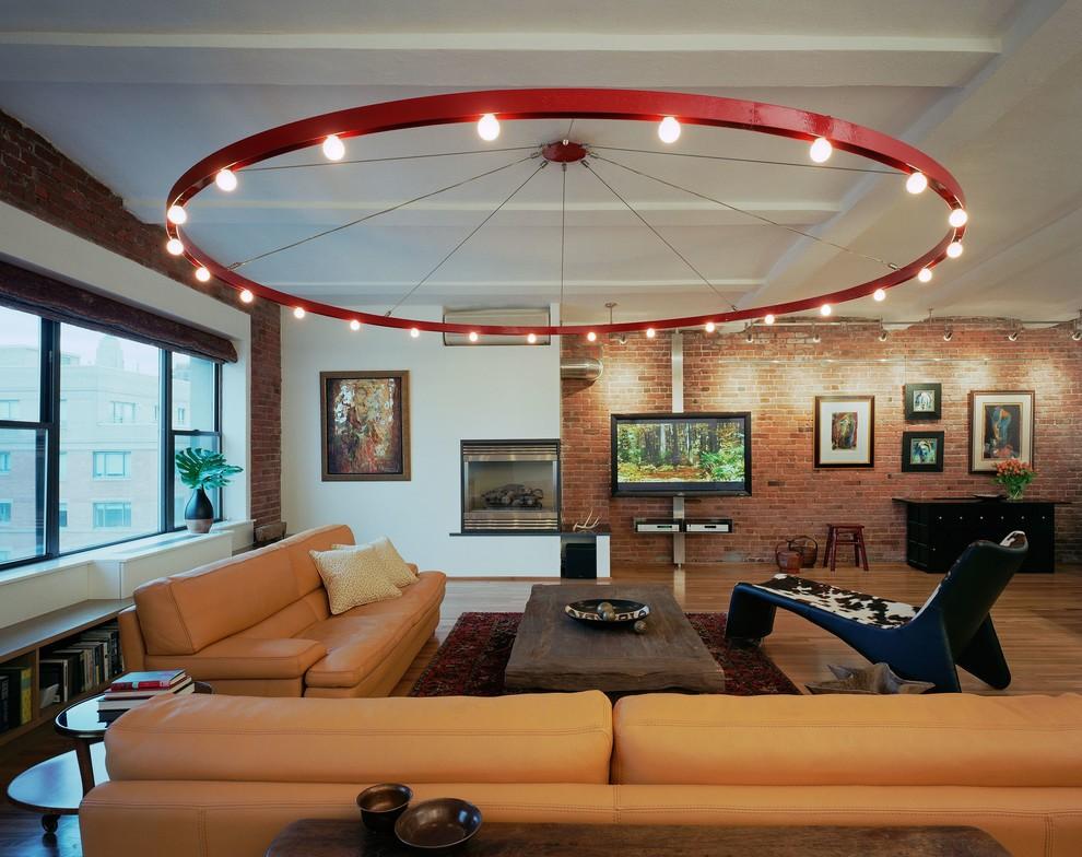 Большая люстра на потолке просторного зала лофт стиля