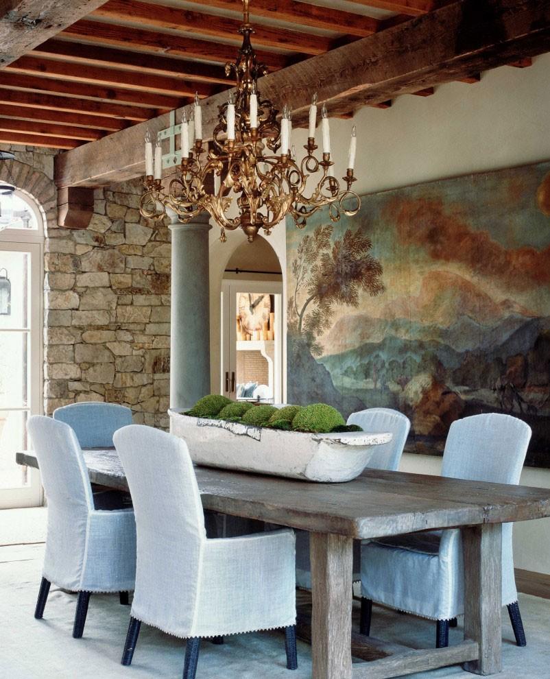 Позолоченная люстра на деревянном потолке зала