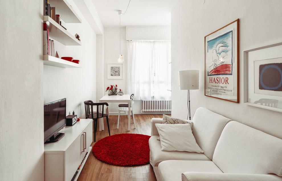 Узкая гостиная в белом цвете