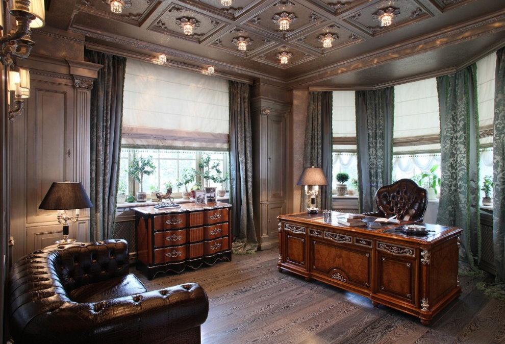 Массивный письменный стол в кабинете с деревянным потолком