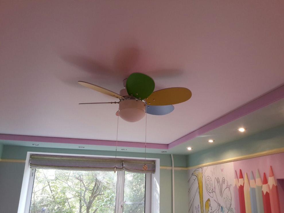 Вентилятор на натяжном потолке розового цвета