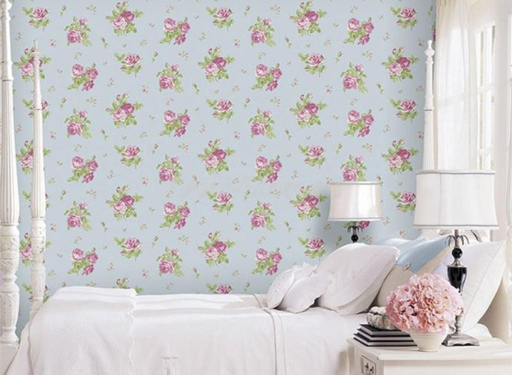Мелкие цветки на обоях за кроватью девочки