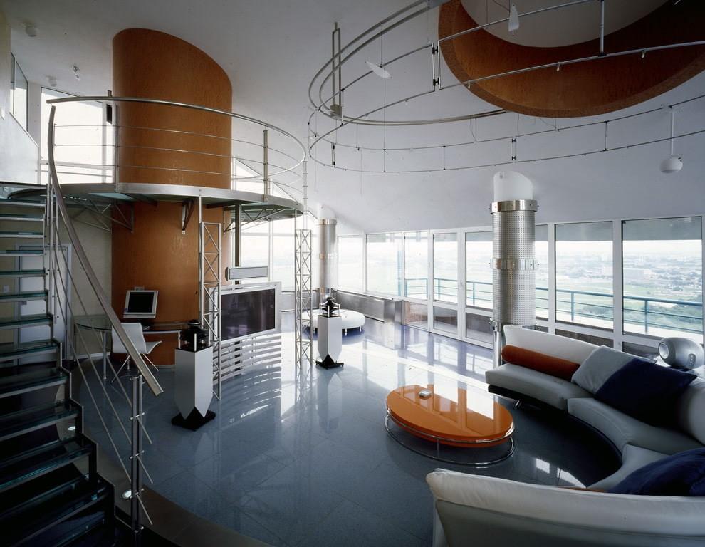 Хромированные поручни в гостиной с панорамными окнами