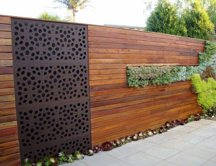 Металлическая вставка в деревянном заборе