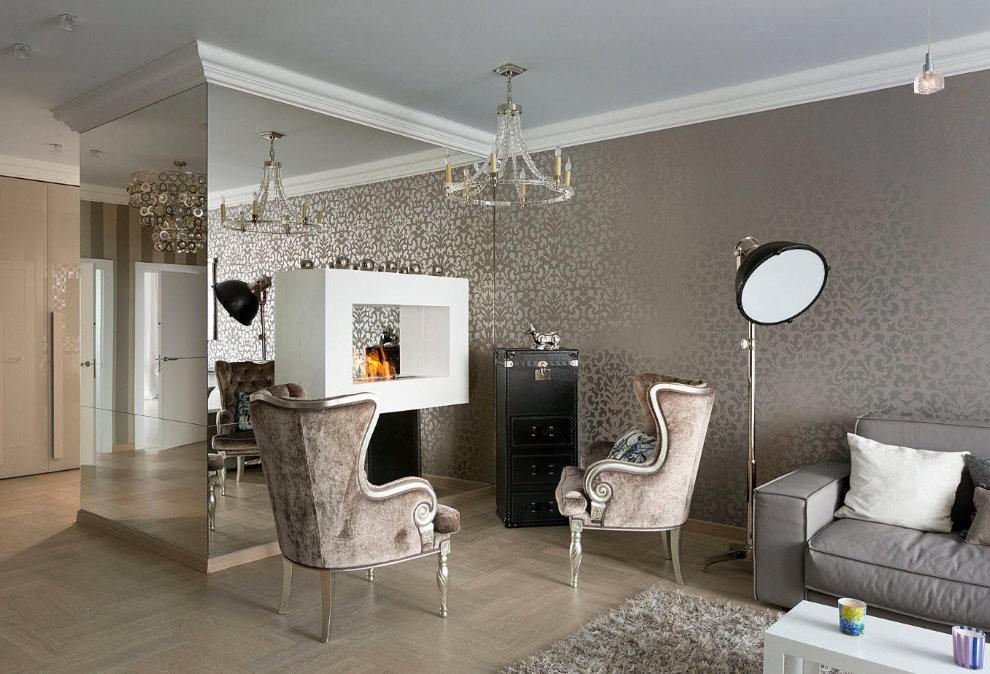 Дизайн зала с металлизированными обоями