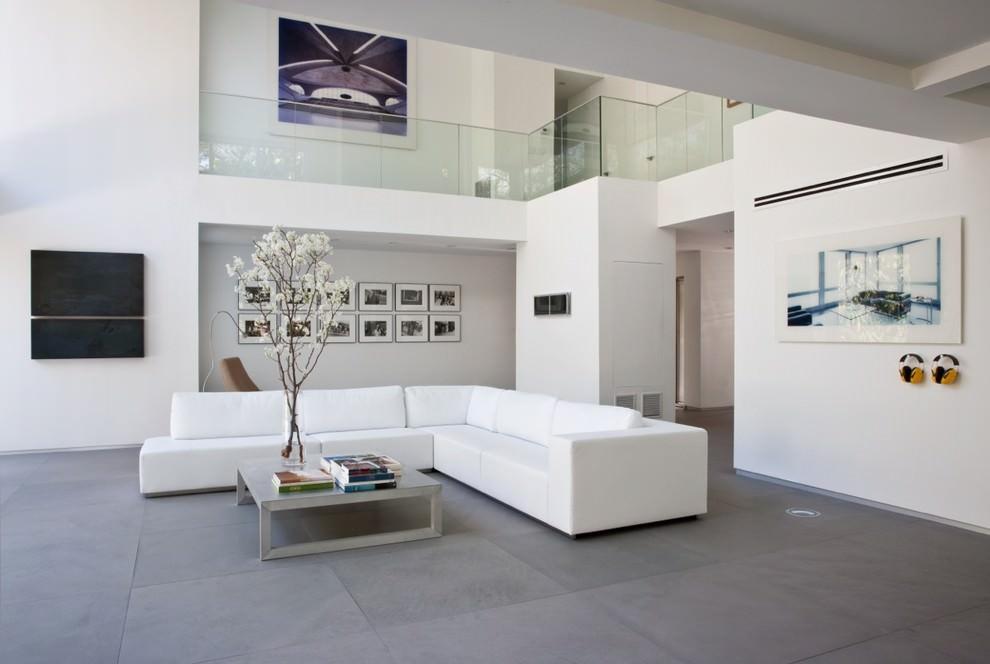 Большой белый диван в зале минималистического стиля