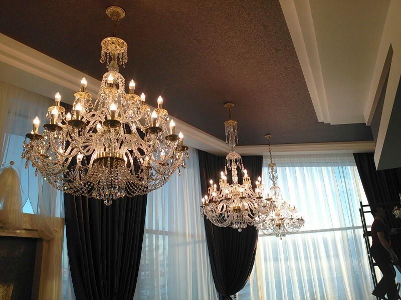 Хрустальные люстры на потолке зала