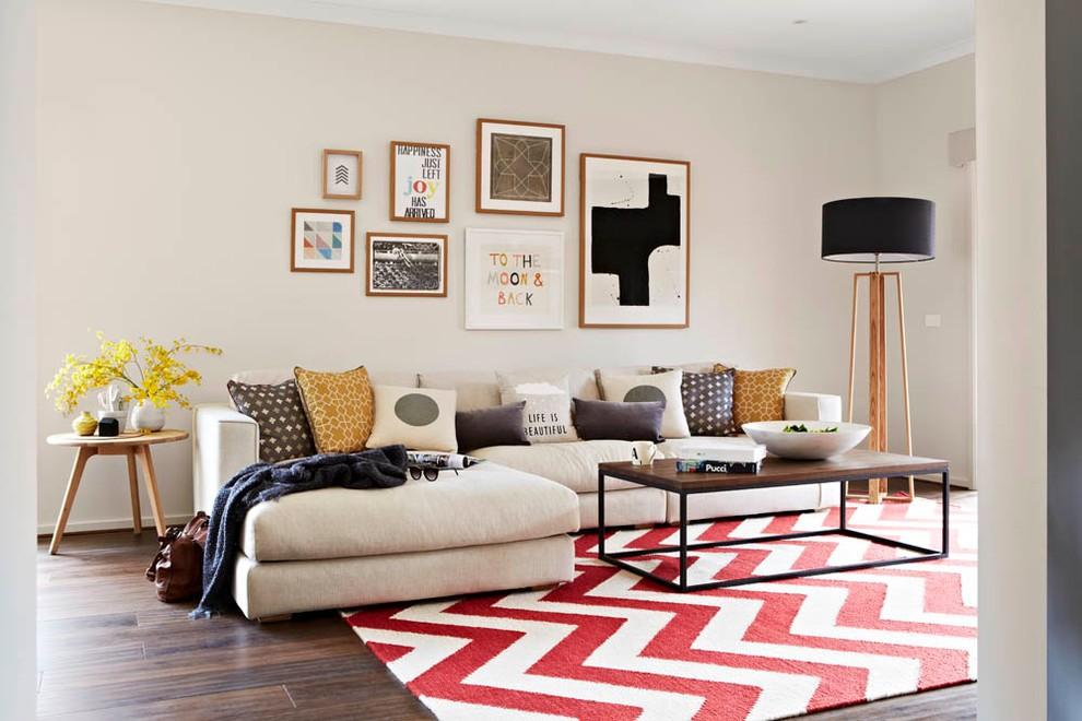 Яркий ковер прямоугольной формы в современной квартире