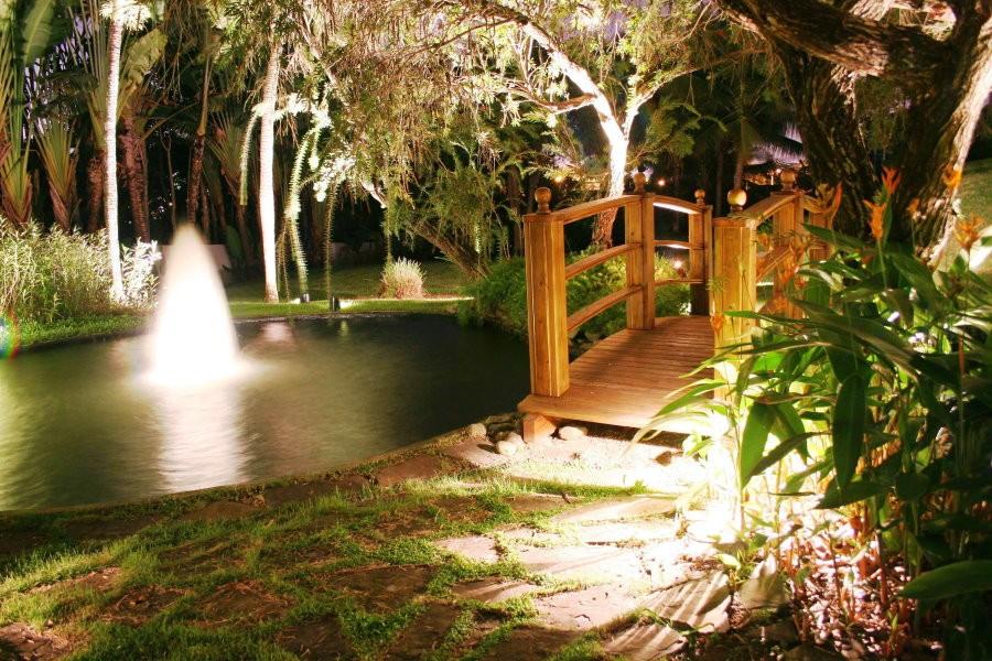 Деревянный мостик в ночном саду