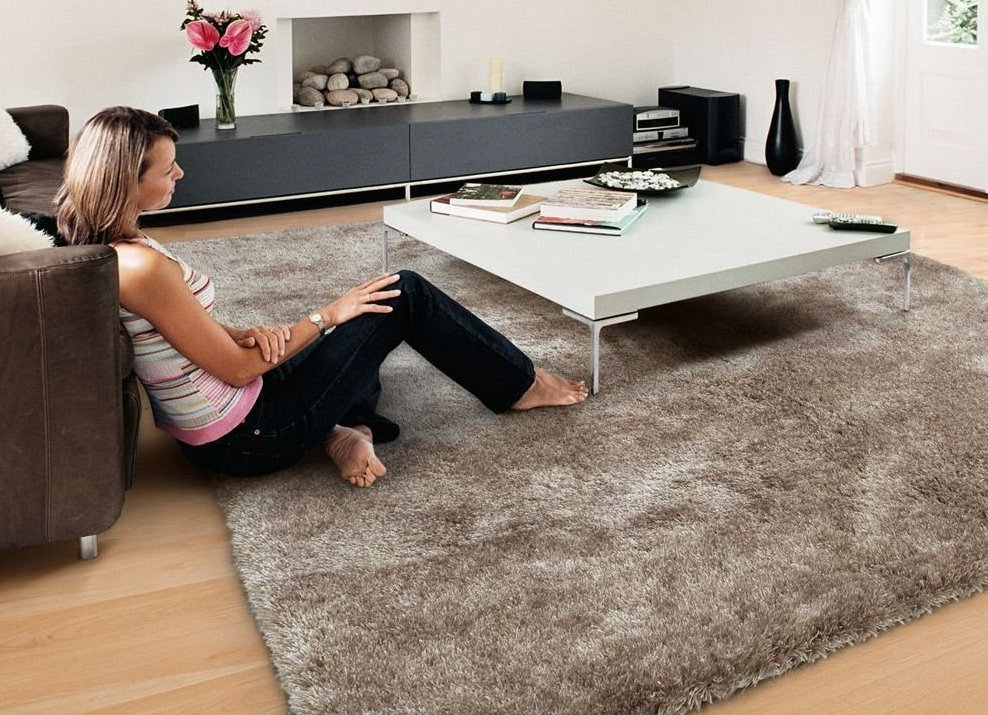 Девушка босиком на ковре с приятным ворсом