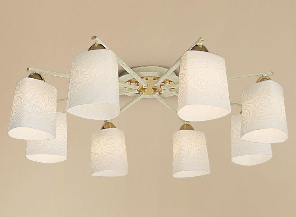 Потолочная люстра с белыми плафонами