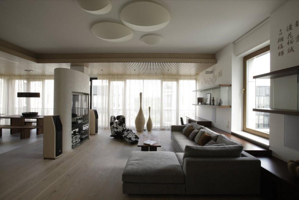 Плоские светильники на белом потолке зала