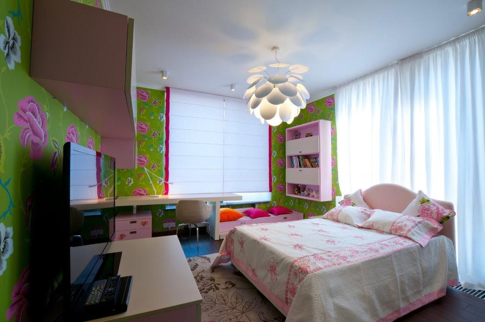 Матовая поверхность натяжного потолка в комнате девочки