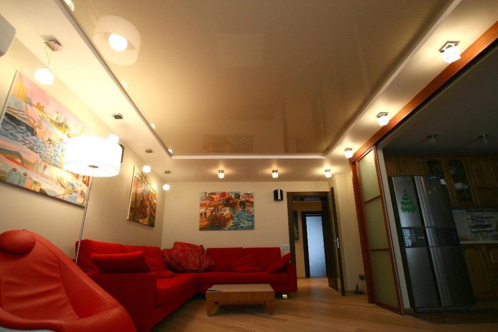 Красный диван в зале с натяжным потолком