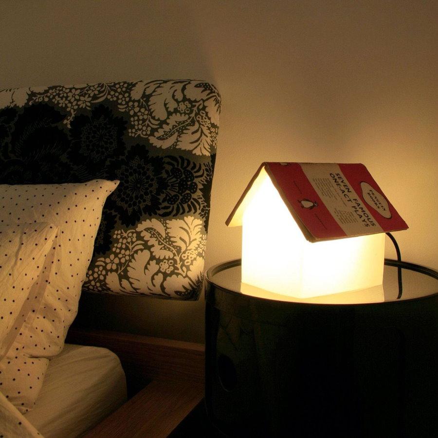 Стильный ночник на прикроватной тумбочке мальчика-подростка