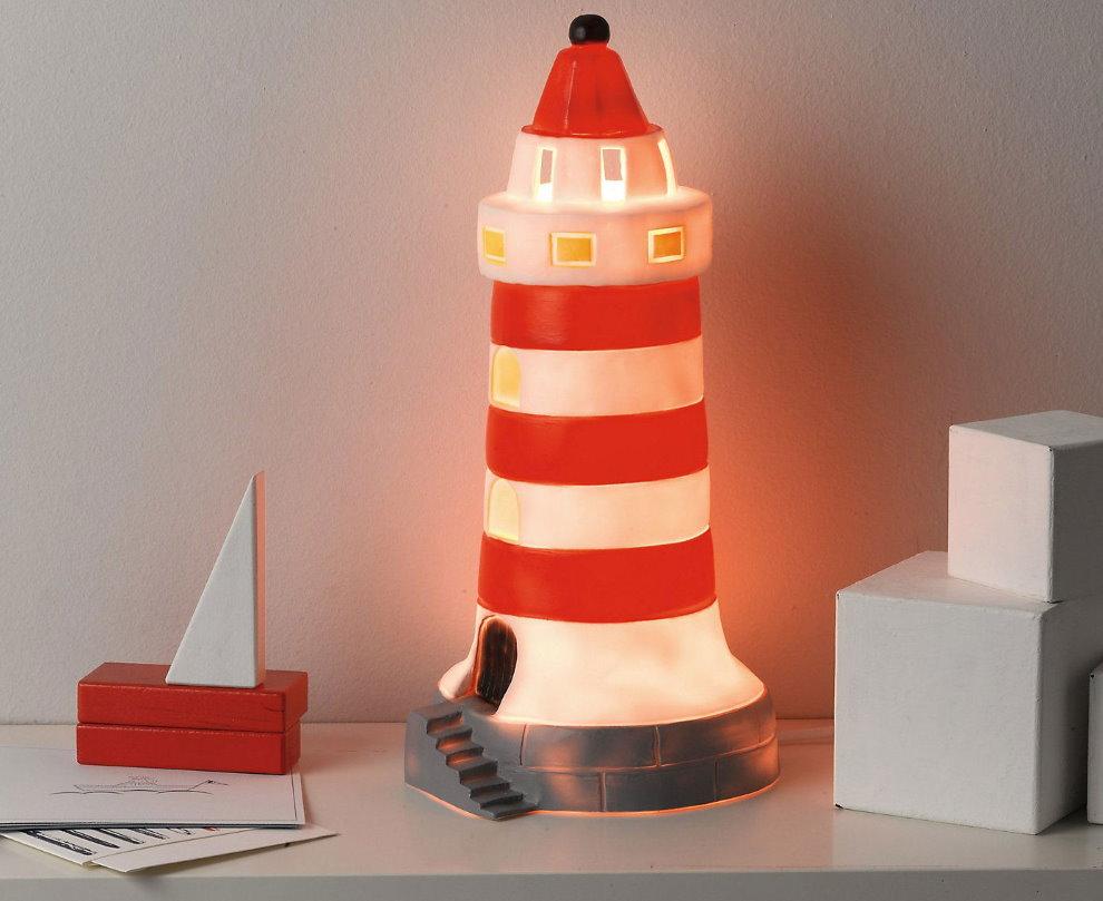 Ночник в виде морского маяка на прикроватном столике