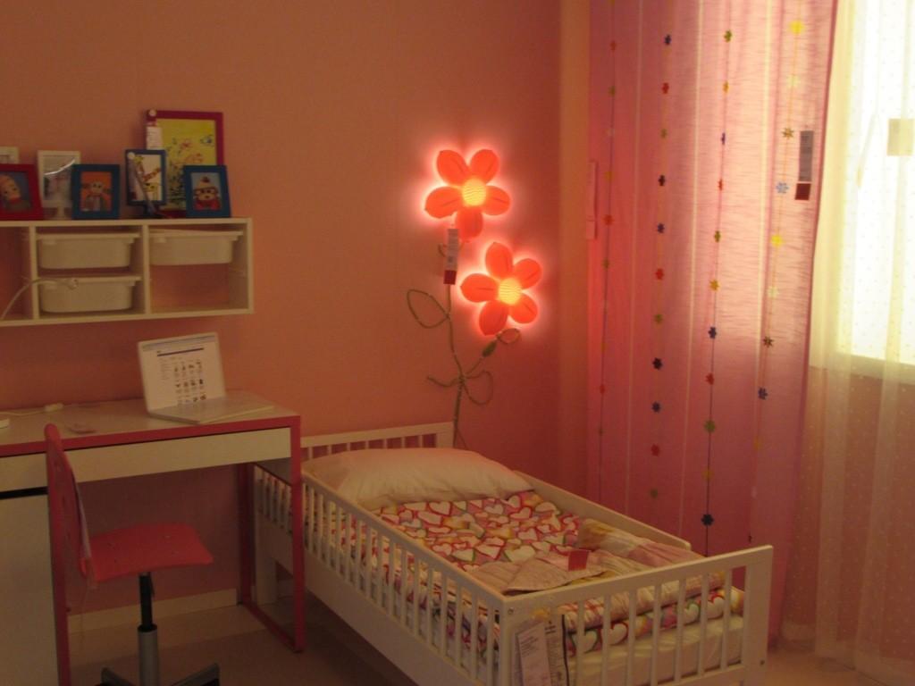 Ночник в форме цветочков над детской кроваткой