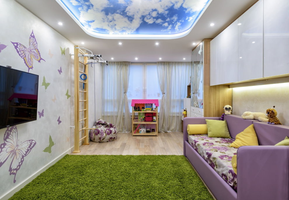 Зеленый ковер на полу комнаты для мальчика