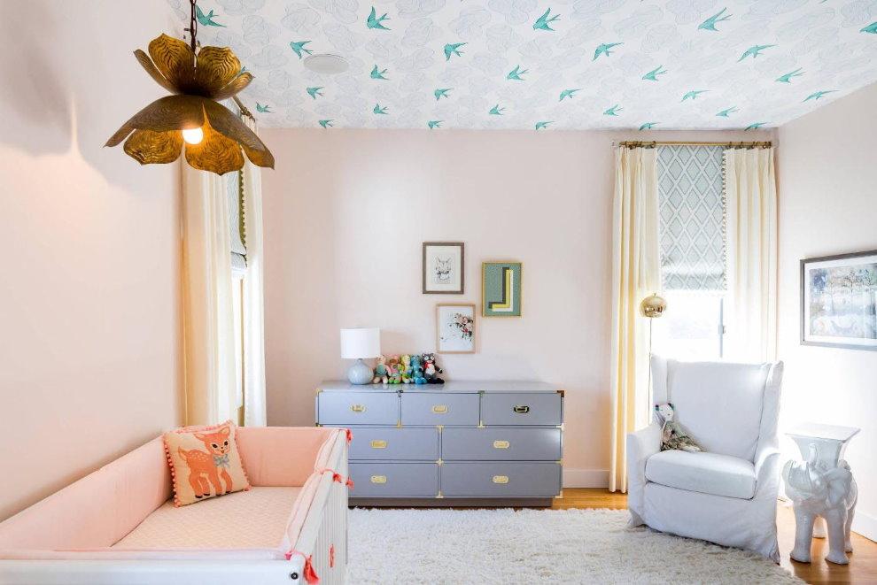 Бумажные обои на потолке детской комнаты