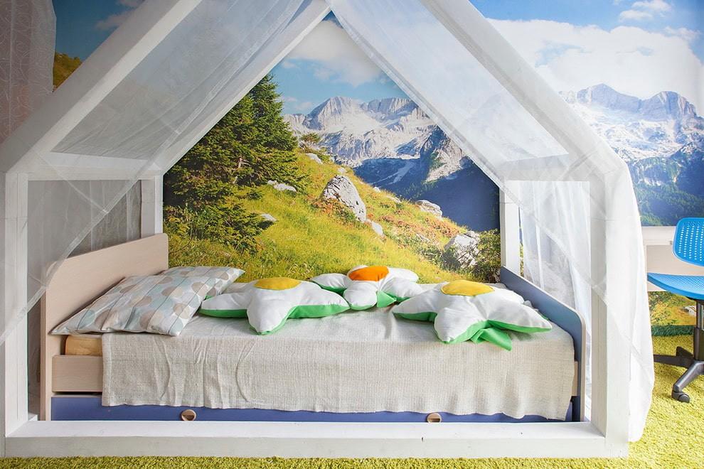 Детская кровать с шатром на фоне фотообоев с пейзажем