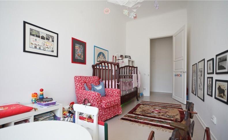Детская кроватка в узком помещении