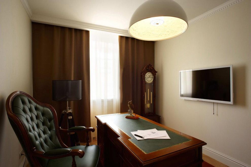 Коричневые шторы в кабинете с однотонными обоями