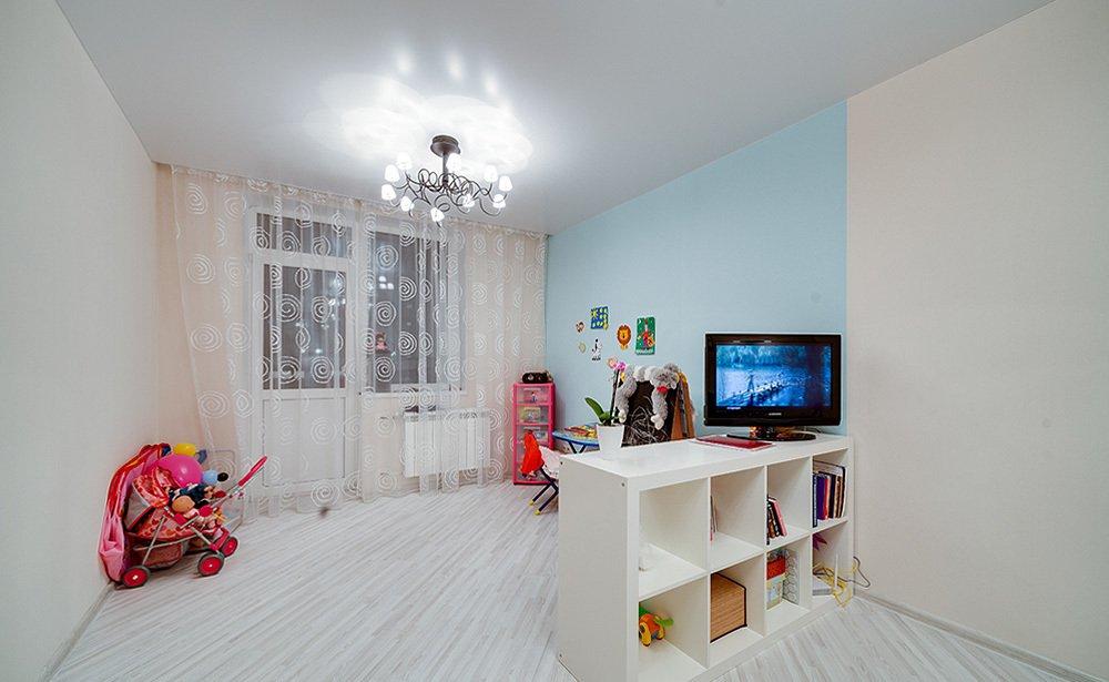 Люстра на одноуровневом потолке детской комнаты