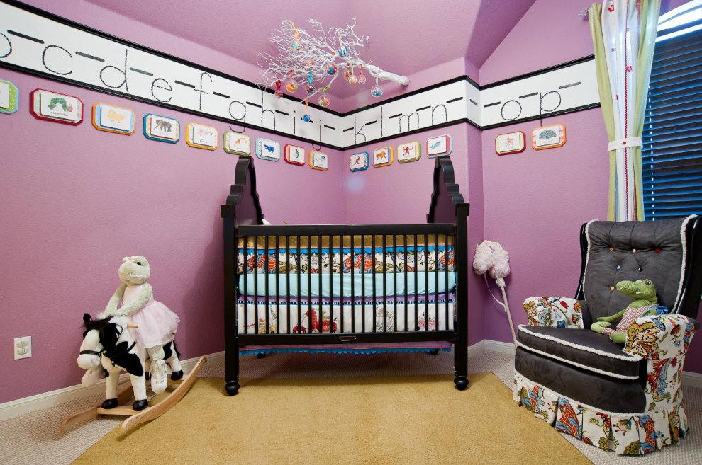 Крашенный потолок детской для новорожденного