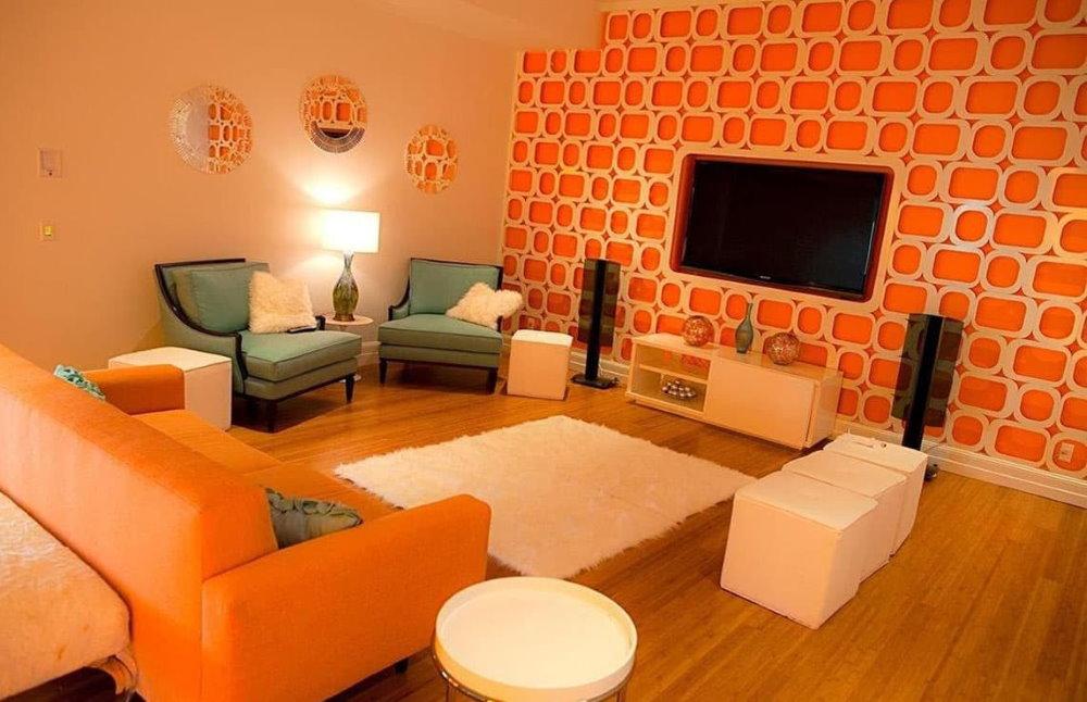 Оранжевые обои в гостиной квадратной формы