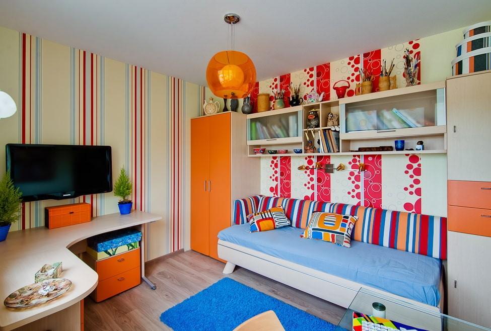 Оранжевый светильник на белом потолке детской