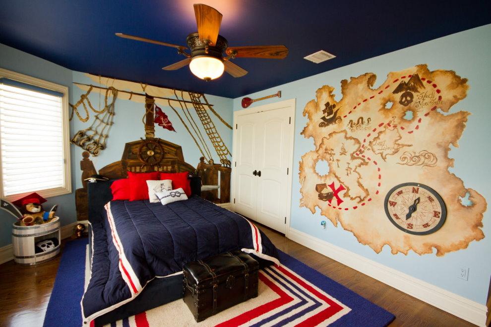 Карта с островом сокровищ на стене комнаты для мальчика