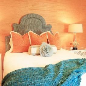 Розовые подушки на детской кровати