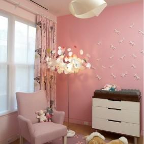 Напольный светильник в комнате с розовыми стенами
