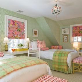 Зеленые обои в комнате двух девочек