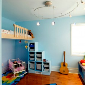Гитара возле крашенной стены голубого цвета