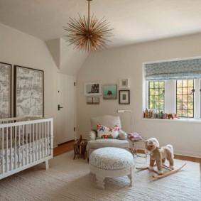 Детская кроватка в комнате для мамы и новорожденного