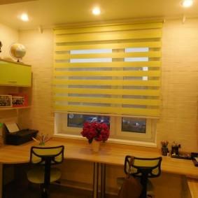 Рулонная штора день-ночь над письменным столом