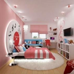Розовые римские шторы на окне детской комнаты