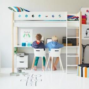 Рабочее место школьников в нижнем ярусе двухэтажной кровати