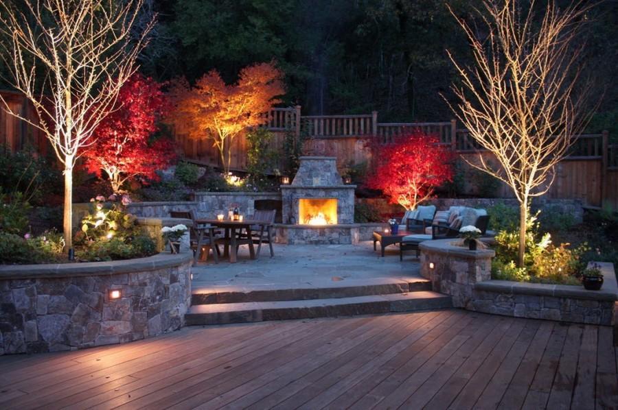 Красивая подсветка патио на садовом участке