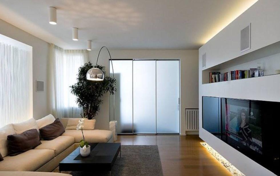 Освещение современной гостиной комнаты с невысоким потолком